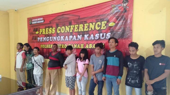 Polres Jakarta Pusat mengamankan mereka yang diduga melakukan aksi pemalakan pedagang asal Tasikmalaya, Jawa Barat, di kawasan Blok F pasar Tanah Abang, Jakarta Pusat. Empat diantarnya dijadikan tersangka