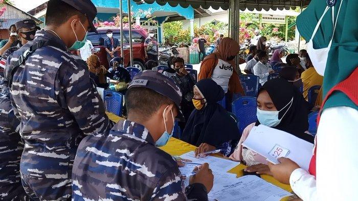 TNI AL Lanal Tual Bantu Pelaksanaan Vaksinasi di Pelosok Desa Kota Tual Maluku