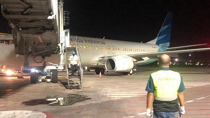 Pesawat Garuda Indonesia yang membawa puluhan PMI asal Bali tengah parkir di Bandara I Gusti Ngurah Rai Bali.