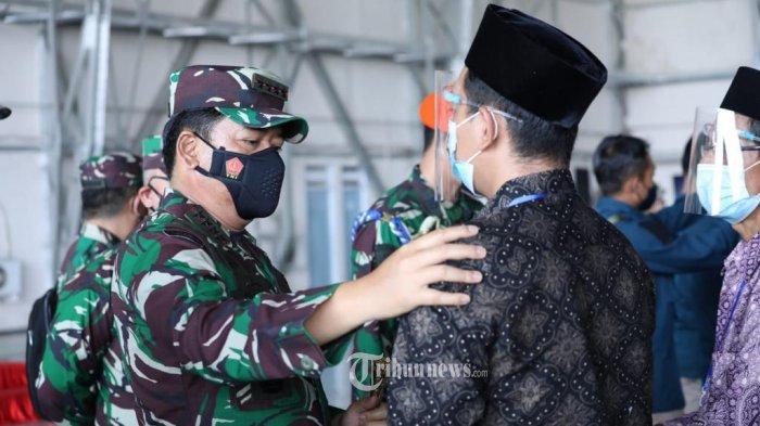 Panglima TNI Marsekal TNI Hadi Tjahjanto, S.I.P., mendampingi Menteri Pertahanan (Menhan) Prabowo Subianto selaku Irup (Inspektur Upacara) dalam acara penganugerahan  Tanda Kehormatan Republik Indonesia (RI) dan kenaikan pangkat luar biasa untuk 53 Prajurit Kapal Perang Republik Indonesia (KRI) Nanggala-402. Upacara ini merupakan bentuk penghormatan terakhir untuk para prajurit yang gugur. Upacara digelar di Hanggar 2 Bandara Juanda Surabaya, Jawa Timur, Kamis (29/04/2021). TRIBUNNEWS.COM/PUSPEN TNI