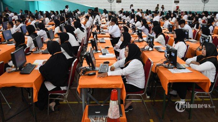 TES CPNS - Suasana tes CPNS Pemkot Surabaya di Gelanggang Remaja Tambaksari, Minggu (9/2). Tes CPNS Kota Surabaya akan digelar selama 4 hari mulai pada 9 - 13 Februari 2020. Total peserta tes yang akan berebut kursi CPNS Pemkot Surabaya itu sebanyak 5.595 peserta.