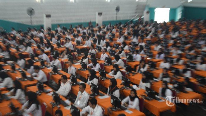 TES CPNS - Suasana tes CPNS Pemkot Surabaya di Gelanggang Remaja Tambaksari, Minggu (9/2). Tes CPNS Kota Surabaya akan digelar selama 4 hari mulai pada 9 - 13 Februari 2020. Total peserta tes yang akan berebut kursi CPNS Pemkot Surabaya itu sebanyak 5.595 peserta. (SURYA/AHMAD ZAIMUL HAQ)