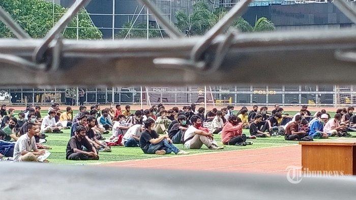DEMONSTRAN DIJEMPUT ORANG TUANYA - Sejumlah orang tua menjemput anaknya yang ditangkap saat demo berakhir bentrokan. Mereka diamankan di Polda Metrojaya, Jakarta Selatan, Selasa(14/10/2020). Polda Metro Jaya mengamankan 1.377 orang terduga pelaku kerusuhan dalam unjuk rasa anti Undang-undang Omnibus Law Cipta Kerja pada Selasa (13/10/2020) kemarin. Ribuan orang ini kebanyakan masih berstatus pelajar dan anak di bawah umur. (Warta Kota/Henry Lopulalan)