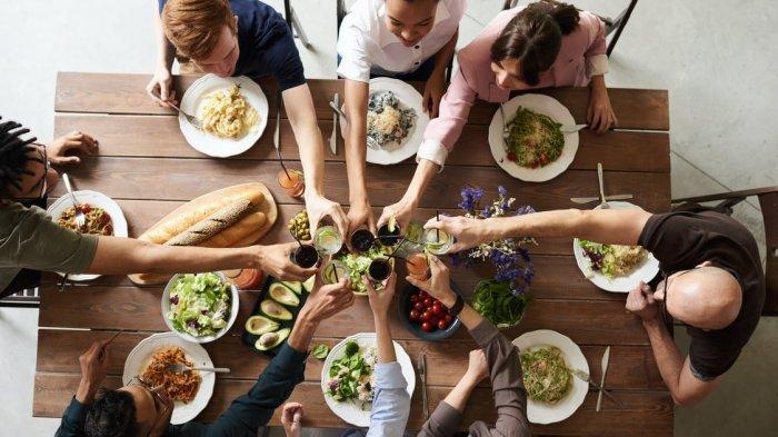 6 Tips Makan Anti Boros Bareng Temen: Cari Review Tempat Makan hingga Gunakan Voucher Promo