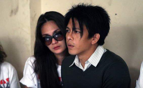 Ariel dan Luna Maya saat sidang vonis kasus video porno di Pengadilan Negeri (PN) Bandung, Senin (31/1/2011).
