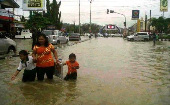 Kendaraan Sulit Melewati Persimpangan Vorvoo Samarinda