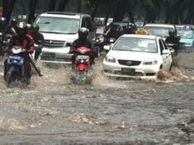 Banjir Menghantui, Warga Kampung Pulo Pilih Bertahan