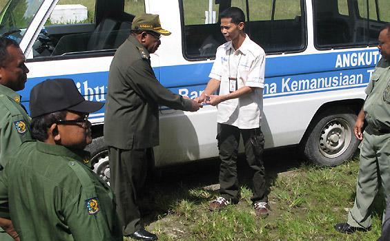 SERAHKAN BANTUAN - Perwakilan Tribun menyerahkan Dana Kemanusiaan Tribun (DKT) kepada Wakil Bupati Teluk Wondama, Zet B Marany, di kantor Pemda setempat, Senin (20/6/2011). Tribun menyerahkan satu unit mobil angkutan pedesaan jenis Mitsubishi L-300 Diesel untuk warga korban bencana banjir bandang Wasior 2010.