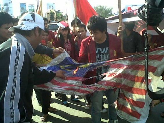 Mahasiswa Untag Samarinda Bakar Bendera Malaysia