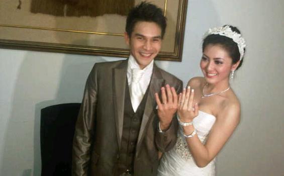 Jonathan Frizzy dan istrinya Dhena Devanka usai menikah Jumat (14/12/2012).