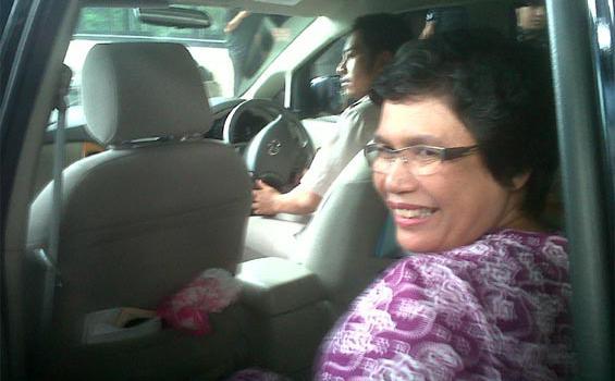 Anggota LPSK, Lili Pintauli Siregar, seusai berkoordinasi dengan penyidik tentang perlindungan maksimal terhadap 10 saksi kasus dugaan korupsi Bupati Seluma, Murwan Effendi, di kantor KPK, Jakarta, Selasa (17/1/2012).