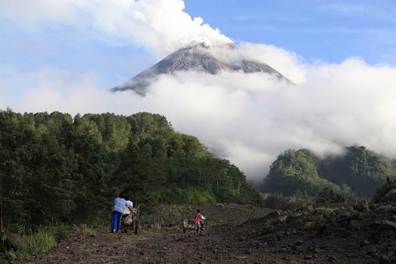 Aktifitas Vulkanik Merapi Menuju Erupsi