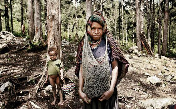 Wanita  di Lembah  Baliem  tampak  menggunakan Noken
