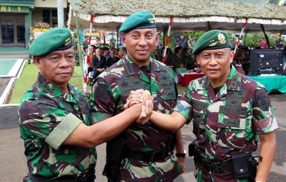 SERTIJAB PANGKOSTRAD- Mayjen TNI Pramono Edhie Wibowo (kanan) dan Pangkostrad Letjen TNI Burhanuddin Amin (kiri) bersiap mengikuti upacara serah terima jabatan Pangkostrad di Markas Divisi I Kostrad Cilodong, Jawa Barat, Jum'at (5/11/2010)