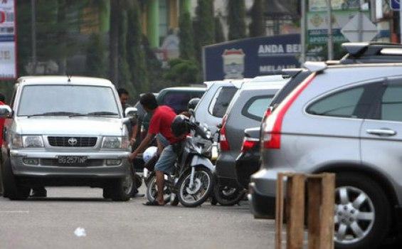Polda Akan Menilang Mobil yang Parkir di Jalan