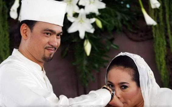 Komedian Nunung resmi menjadi istri Iyan Sambiran. Keduanya selesai melakukan prosesi akad nikah janji setia sehidup semati di depan penghulu di kediaman Nunung, Kelurahan Sumber, Kecamatan Banjarsari, Solo, Kamis (30/8/2012).