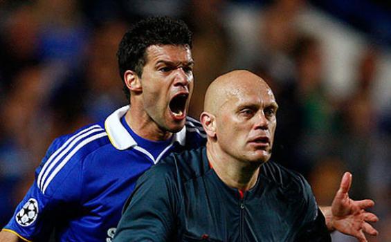 Ballack berteriak pada Tom Henning Ovrebo pada laga leg II semi final Liga Champions antara Chelsea vs Barcelona tahun 2009 lalu.