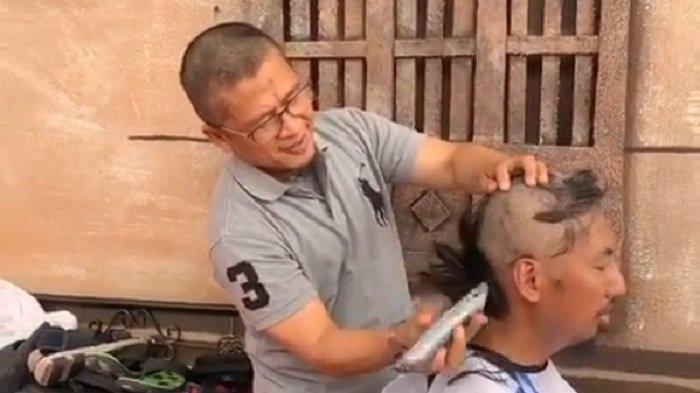 Dai Aa Gym mencukur rambut jemaah saat Ibadah Haji