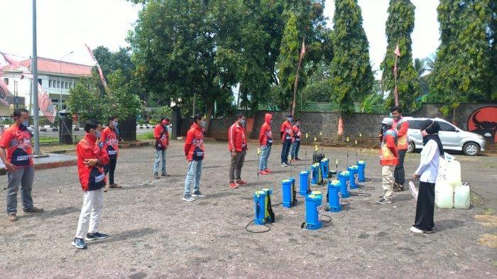 DPC PDI Perjuangan Subang, Taruna Merah Putih (TMP) bersama Relawan Bang Ara Peduli Lawan Covid-19 melaksakan penyemprotan disinfektan di 100 desa.