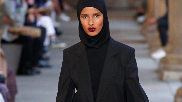 Mengenal Rawdah Mohamed, Model Berani yang Jadi Editor Fashion Berhijab Pertama di Vogue Skandinavia