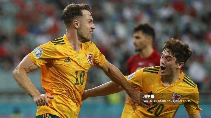 Gelandang Wales Aaron Ramsey (kiri) merayakan dengan gelandang Wales Daniel James setelah mencetak gol pembuka pada pertandingan sepak bola Grup A UEFA EURO 2020 antara Turki dan Wales di Stadion Olimpiade di Baku pada 16 Juni 2021.