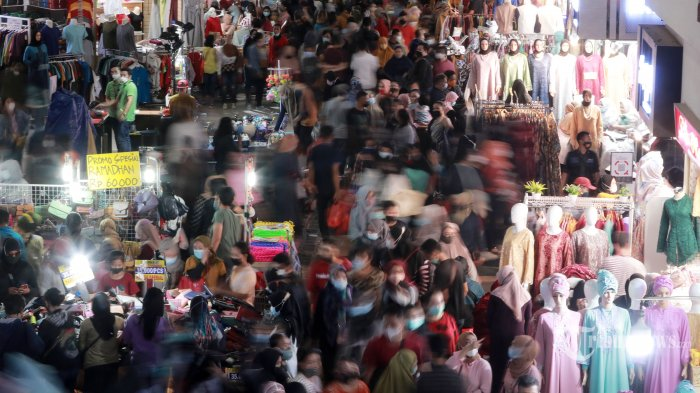 Pasar Tanah Abang Diserbu Ribuan Pengunjung, Tak Ada Jarak Lagi, Ini Foto-fotonya