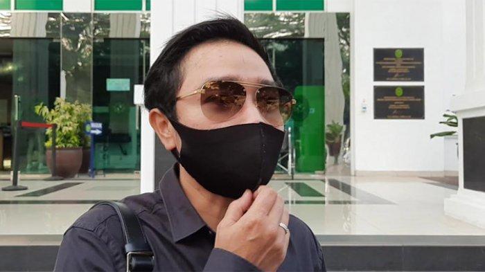 Abash, kekasih Lucinta Luna saat menyambangi di Pengadilan Negeri Jakarta Barat. Ia usai menghadiri sidang virtual Lucinta Luna, Rabu (1/7/2020).