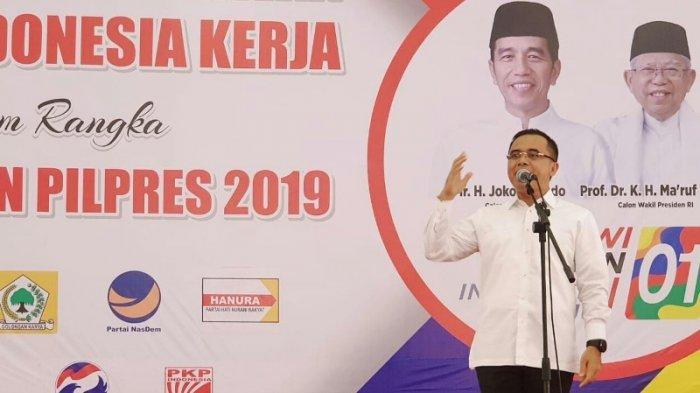 Bupati Banyuwangi, Jawa Timur, Abdullah Azwar Anas saat cuti dan berbicara dalam pidato sambutan di Temu Relawan dan Kader Partai Politik Koalisi Indonesia Kerja (KIK) untuk Pemenangan Pilpres 2019 di Banyuwangi, Jawa Timur, Senin (28/1/2019).