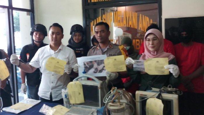 Unit Reskrim Polsek Tambun membongkar tempat praktik aborsi di sebuah klinik di Tambun, Kabupaten Bekasi, Minggu (11/8/2019)