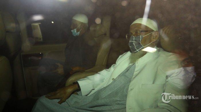 Mantan terpidana kasus terorisme Abu Bakar Ba'asyir berada di dalam mobil saat meninggalkan Lapas Khusus Kelas IIA Gunung Sindur, Kabupaten Bogor, Jawa Barat, Jumat (8/1/2021). Abu Bakar bin Abud Ba'asyir alias Abu Bakar Ba'asyir resmi bebas dari penjara setelah menuntaskan 15 tahun masa pidananya atas tindak pidana terorisme. TRIBUNNEWS/IRWAN RISMAWAN