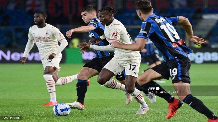 Penyerang AC Milan asal Portugal Rafael Leao (tengah) berebut bola dalam pertandingan sepak bola Serie A Italia Atalanta Bergamo melawan AC Milan di Stadion Gewiss (Stadio di Bergamo) di utara kota Bergamo pada 3 Oktober 2021.