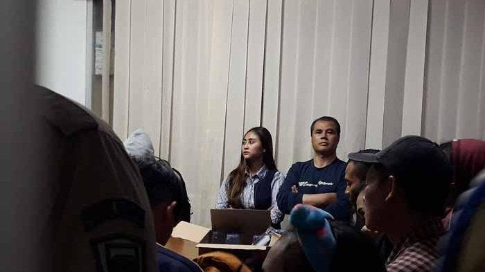 Aceng Fikri saat diboyong oleh Satpol PP Kota Bandung dari hotel yang ada di Jl Lengkong Kota Bandung bersama istrinya, Kamis (22/8/2019) malam. Tribun Jabar/Daniel Andreand Damanik