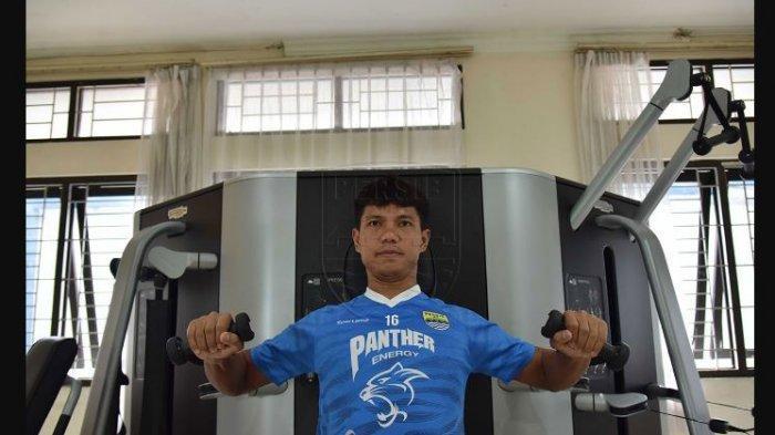 Achmad Jufriyanto berlatih di gym menggunakan seragam Persib Bandung