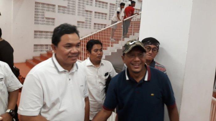Presiden klub <a href='https://pontianak.tribunnews.com/tag/madura-united' title='MaduraUnited'>MaduraUnited</a>, Achsanul Qosasi berfoto bersama <a href='https://pontianak.tribunnews.com/tag/rahmad-darmawan' title='RahmadDarmawan'>RahmadDarmawan</a> di SUGBK, Jakarta Pusat, Jumat (13/12/2019). (TribunJakarta/Wahyu Septiana).