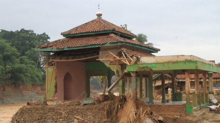 Dilanda Banjir Bandang, Desa di Lebak Berubah Menjadi Sungai