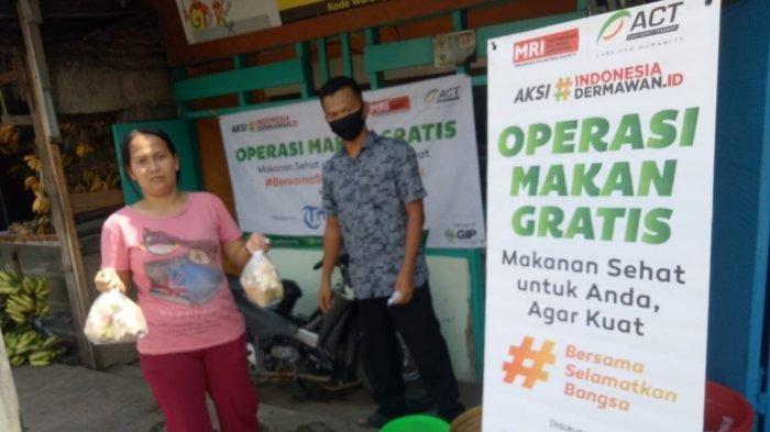 pung (kanan) yang wartegnya terlibat dalam kegiatan makan gratis oleh Tribunnews.com dan Aksi Cepat Tanggap (ACT) dalam operasi makan graris, Selasa (14/4/2020)