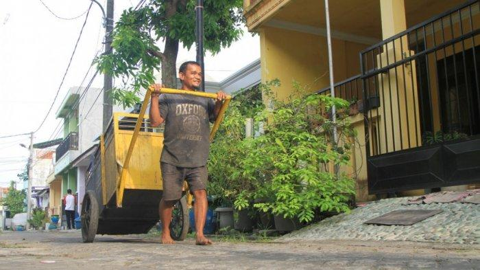 Guru Dwi Pahlawan Pendidikan yang Juga Seorang Tukang Sampah