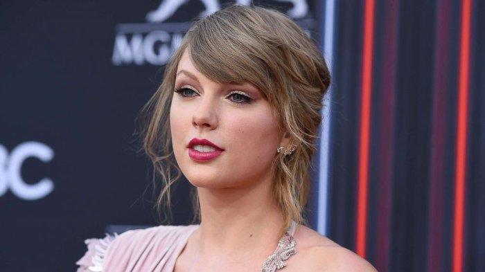 Jadi Sampul Majalah TIME, Taylor Swift Kenakan Gaun Puluhan Juta