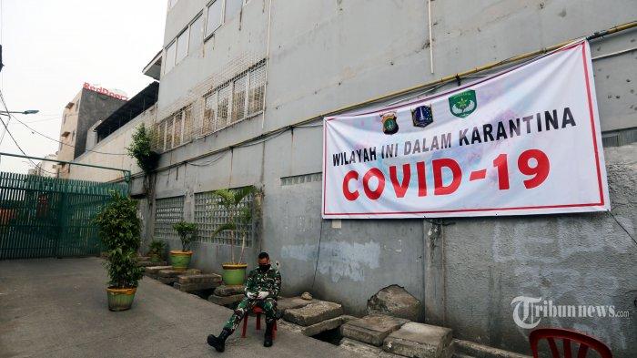 Anggota TNI berjaga di depan Masjid Jami Kebon Jeruk, Jalan Hayam Wuruk, Kelurahan Maphar, Kecamatan Tamansari, Jakarta Barat, Sabtu (28/3/2020). Sebanyak 183 orang, 78 di antaranya WNA diisolasi di dalam masjid setelah diketahui ada 3 orang yang positif terpapar virus corona (Covid-19) usai dilakukan rapid test Covid-19, Kamis (26/3) lalu. Para jemaah itu dinyatakan berstatus orang dalam pemantauan (ODP). Warta Kota/Alex Suban