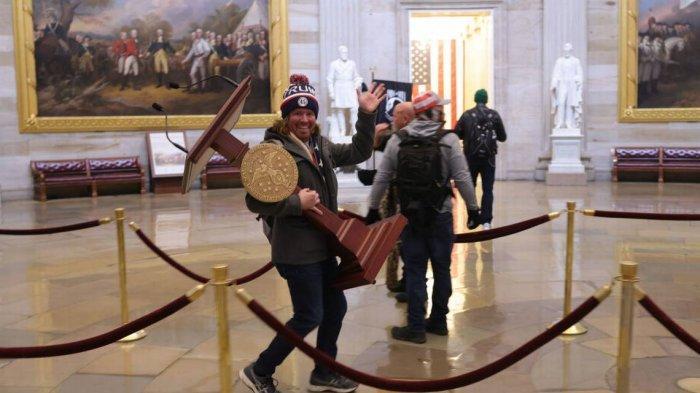 Pendukung Trump yang Masuk Ruang Kerja Nancy Pelosi dan Bawa Mimbar Saat Ricuh di Capitol Ditangkap