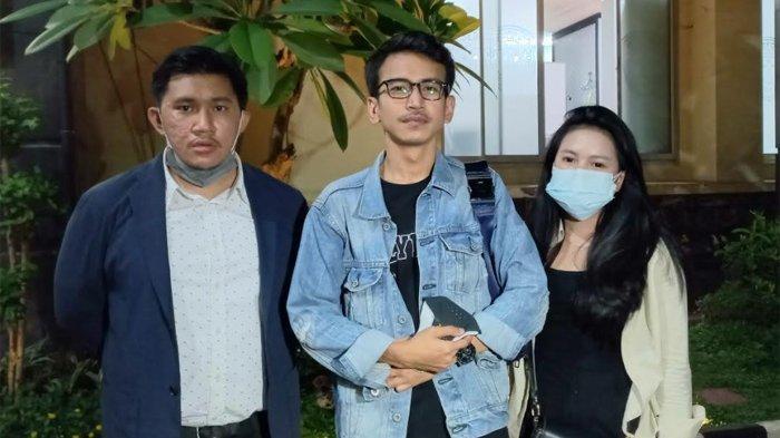 Adam Deni usai menjalani klarifikasi pelaporan di Polda Metro Jaya, Semanggi, Jakarta Selatan, Rabu (14/7/2021) malam.Adam Deni menjadi perbincangan publik, setelah ia melaporkan musisi Jerinx SID, ke Polda Metro Jaya, Sabtu (10/7/2021).
