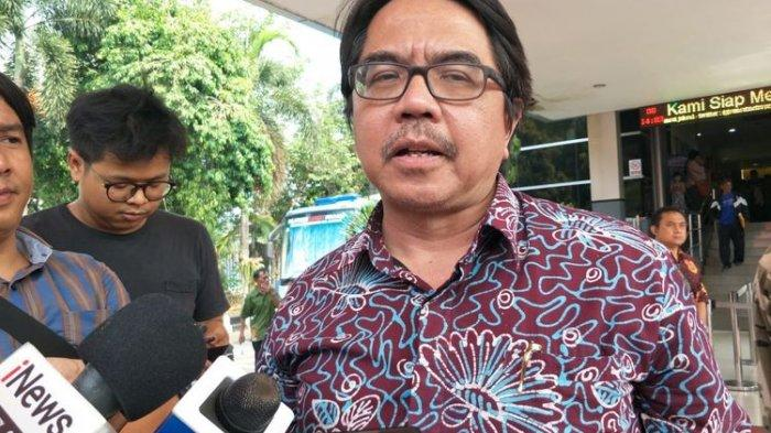 Dosen Universitas Indonesia (UI) Ade Armando di Polda Metro Jaya, Jakarta Selatan, Jumat (8/11/2019).