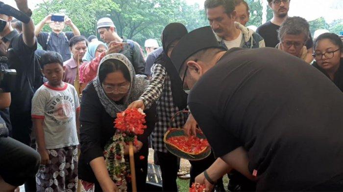 Suasana haru saat pemakaman Ade Irawan di TPU Tanah Kusir, Jakarta Selatan, Sabtu (18/1/2020). Terlihat sang putri, Dewi Irawan menangis di pusara sang bunda.