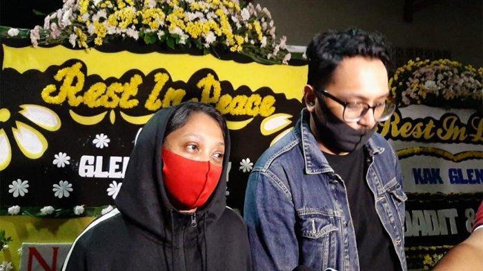 Adik perempuan dan sepupu Glenn Fredly saat ditemui di Heaven Dharmain, Jakarta Barat, Kamis (9/4/2020) dini hari tadi.