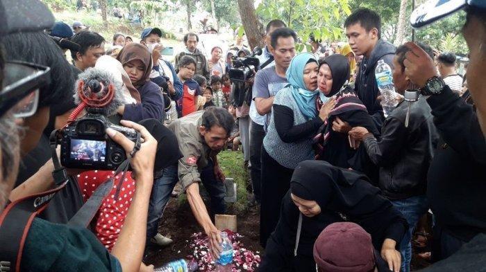 Pemakaman Ulang Lina Jubaedah di TPU Nagrog, Ujungberung, Kota Bandung, Kamis (9/1/2020)
