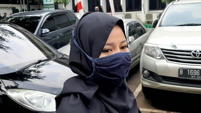 Beby Prasetyo, adik Vicky Prasetyo ketika ditemui disidang virtual Vicky Prasetyo di Pengadilan Negeri Jakarta Selatan, Jalan Ampera Raya, Pasar Minggu, Jakarta Selatan, Rabu (22/7/2020).