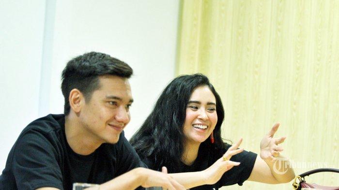 Aktor dan aktris Adipati Dolken dan Ayushita Nugraha saat menggunjungi redaksi Tribunnews dan Warta Kota dalam rangka mempromosikan film yang mereka bintangi berjudul Perburuan, di Palmerah, Jakarta Pusat, Jumat (2/8/2019). Film Perburuan merupakan adaptasi dari novel legendaris berjudul sama karya sastrawan Pramoedya Ananta Toer. Warta Kota/Feri Setiawan