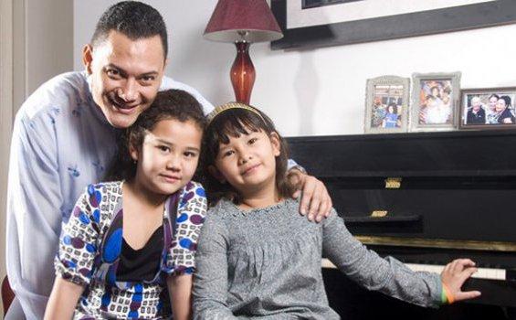 Adjie Massaid dan dua anaknya