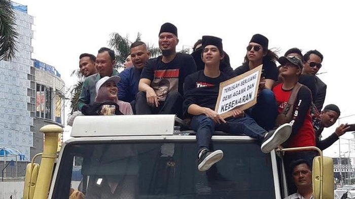Rombongan Ahmad Dhani bersama Mulan Jameela, Al Ghazali, El Rumi, dan Dul Jaelani saat melakukan konvoi setelah kebebasannya dari LP Cipinang, Senin (30/12/2019).