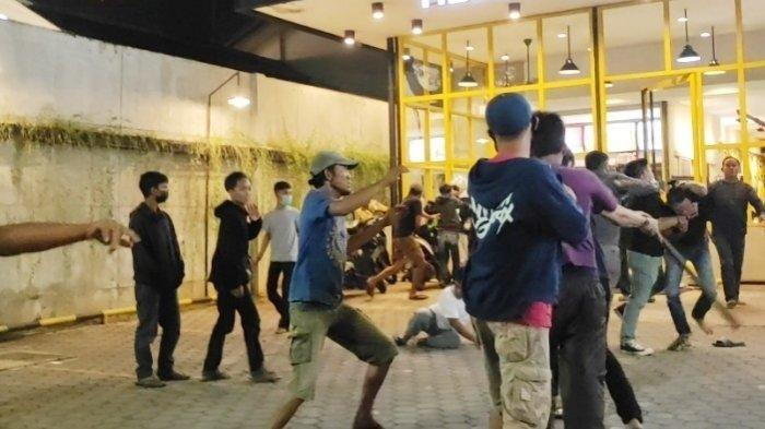 2 Pemuda Adu Jotos Gara-gara Parkiran di Kafe, 1 di Antaranya Bawa Senjata Tajam, Jalan sampai Macet